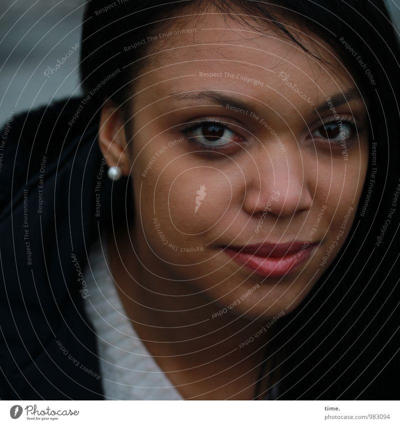 . feminin Junge Frau Jugendliche 1 Mensch Pullover Mantel Ohrringe schwarzhaarig beobachten Blick warten schön Zufriedenheit Kraft Willensstärke Wachsamkeit
