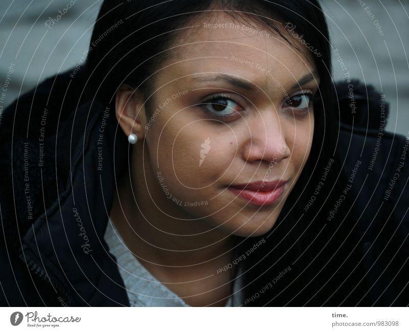 . feminin Junge Frau Jugendliche 1 Mensch Pullover Mantel Ohrringe schwarzhaarig beobachten Lächeln Blick warten schön selbstbewußt Kraft Willensstärke Weisheit