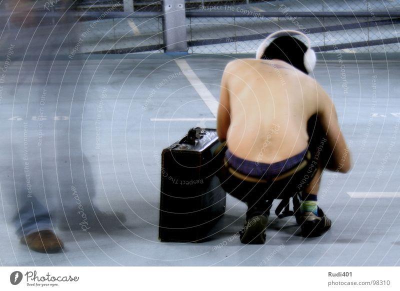 Kofferpacker Mann blau schwarz Mütze skurril Koffer Parkhaus Hongkong China