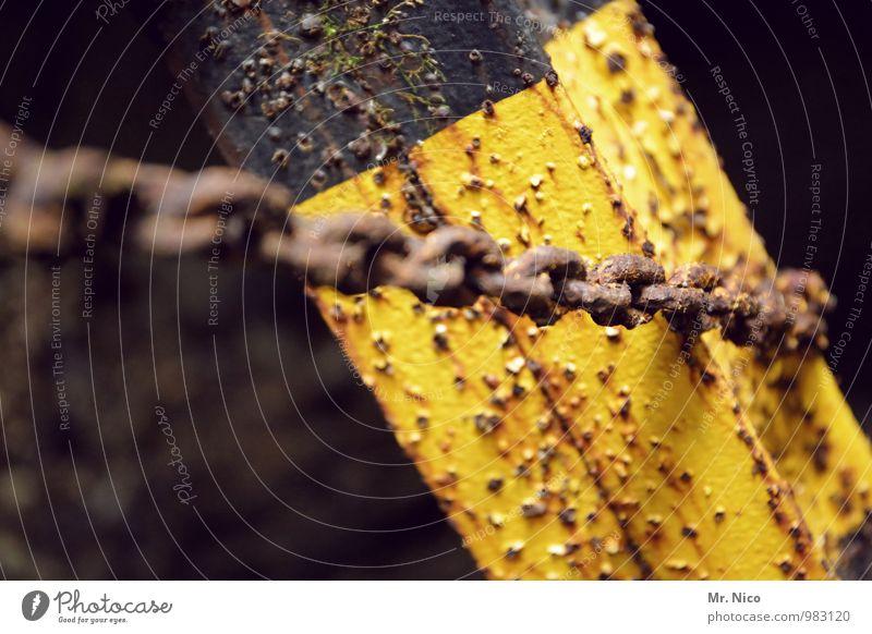 anhänglich Metall gelb Kette Kettenglied Rost alt Pfosten Warnfarbe Barriere Schutz Sicherheit Stahl anketten antik Symbole & Metaphern Farbfoto Detailaufnahme