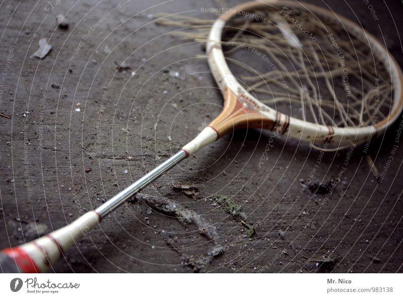 game over Lifestyle Freizeit & Hobby Sport Ballsport Verlierer alt kaputt Wut Tennis Tennisschläger Badminton zerstören Bodenbelag liegen dreckig Staub