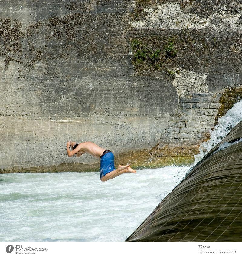 Isar Jumper VII springen Sommer Gischt Gewässer Bayern München Kopfsprung Zusammensein 2 abwärts Wand Mauer gefährlich Sport Wasser blau Niveau oben water Fluss