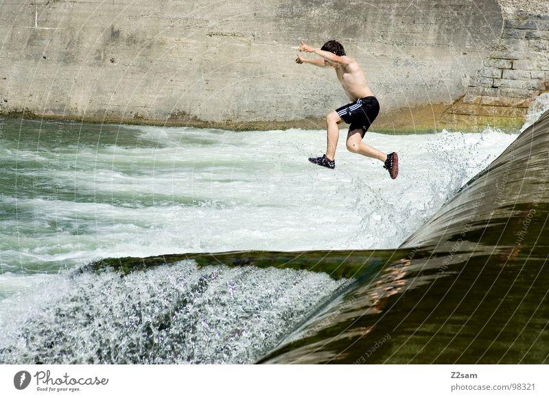 Isar Jumper VIII springen Sommer Gischt Gewässer Bayern München Zusammensein 2 abwärts Wand Mauer gefährlich Sport Wasser blau Niveau oben water Fluss munich