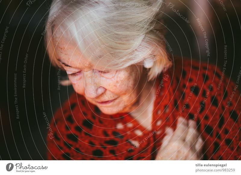 . ruhig feminin Weiblicher Senior Frau Großmutter 1 Mensch 60 und älter Haare & Frisuren weißhaarig alt träumen Traurigkeit rot Vorsicht Gelassenheit geduldig
