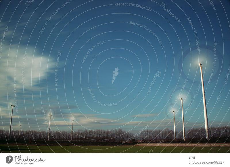 slomo Farbfoto Außenaufnahme Tag Sonnenlicht Langzeitbelichtung Sommer Industrie Energiewirtschaft Windkraftanlage Natur Himmel Wolken Baum Gras Wald blau grün