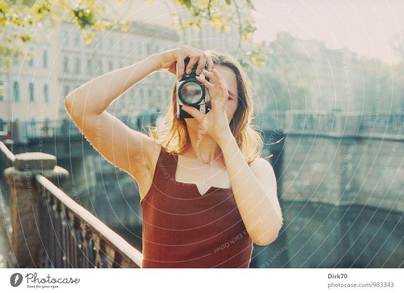 High Noon Freude Fotografie Ferien & Urlaub & Reisen Städtereise Fotokamera Spiegelreflexkamera Mensch feminin Junge Frau Jugendliche Erwachsene 1 18-30 Jahre