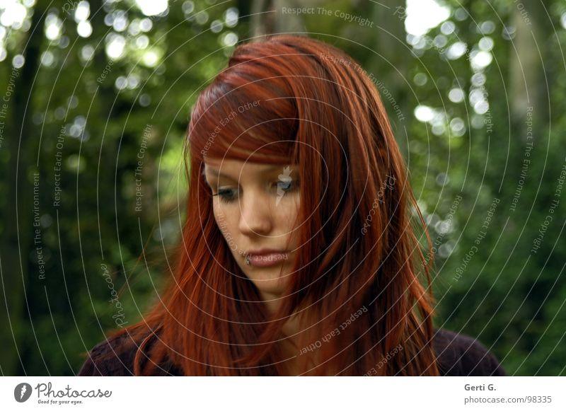 es könnt' alles so einfach sein... Frau Mensch schön Baum grün Gesicht Wald dunkel Traurigkeit Denken Hoffnung Trauer Sträucher Verzweiflung schäbig Gedanke