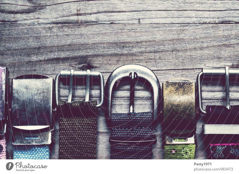 Gürtelschnallen Stil Mode Holz glänzend trendy retro trashig Coolness Farbfoto Innenaufnahme Detailaufnahme Textfreiraum oben