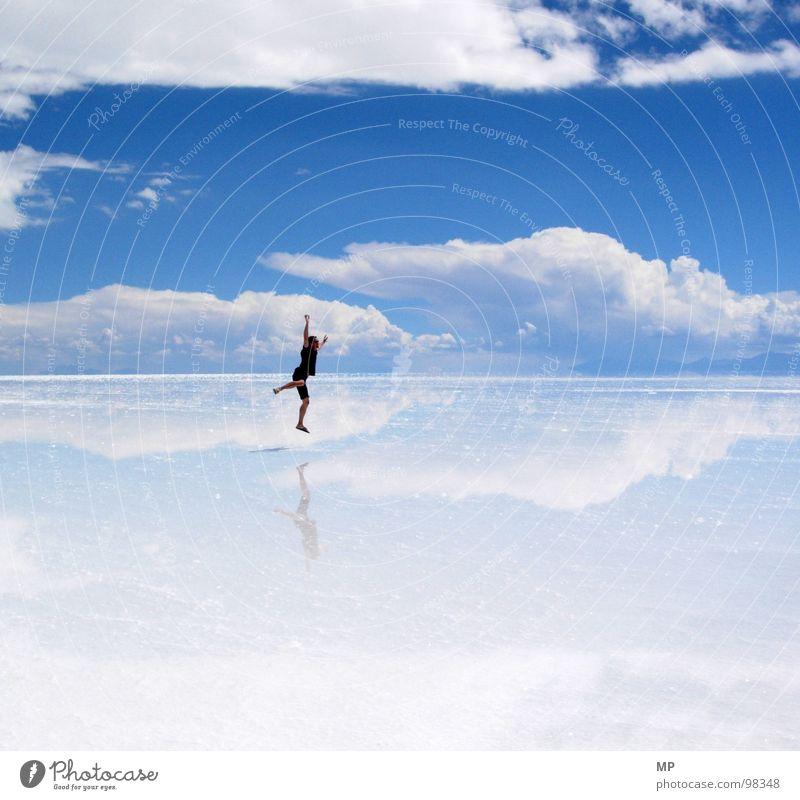 Skyjumper Spiegel Salzsee springen Wolken Bolivien Himmel Salar de Uyuni unten See blau hüpfen durchdrehen Hoffnung Ereignisse beeindruckend Abenteuer Eindruck