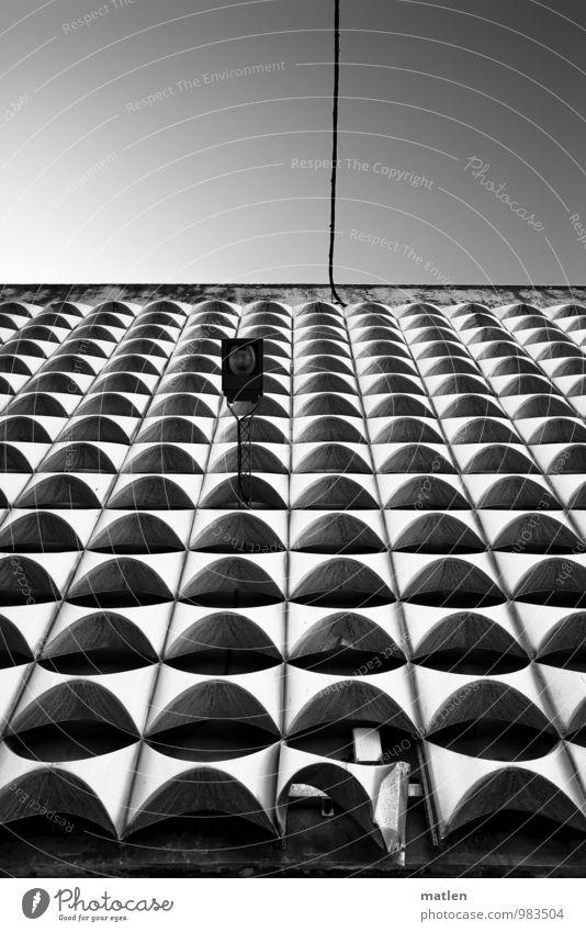 bent Himmel Wolkenloser Himmel Menschenleer Haus Hochhaus Bauwerk Architektur Mauer Wand Fassade historisch kalt schwarz weiß Lampe Stahlkabel Biegung Beule