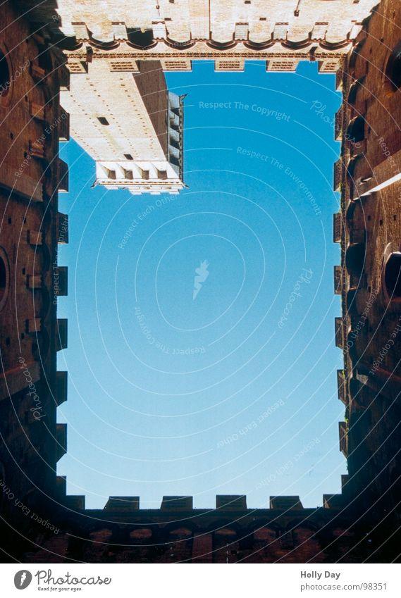 Himmel über Siena Italien Palio Toskana Ferien & Urlaub & Reisen aufsteigen hoch Wahrzeichen Denkmal Kunst Kultur Innenhof aufwärts Turm Torre del Mangia blau