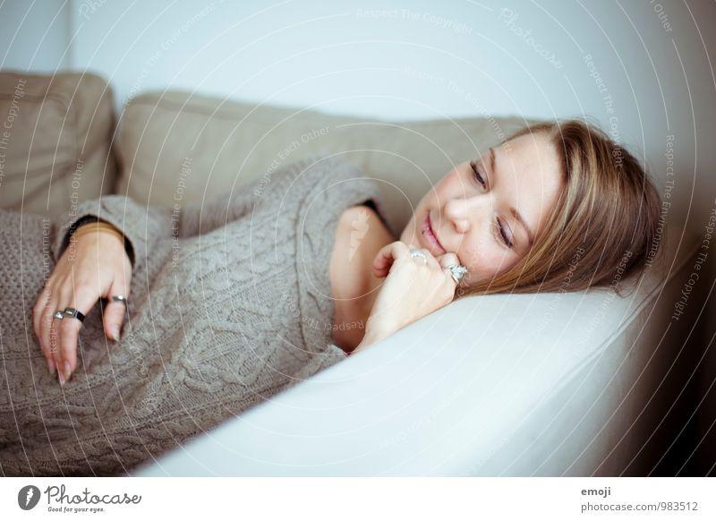 Malin feminin Junge Frau Jugendliche Gesicht 1 Mensch 18-30 Jahre Erwachsene schön kuschlig liegen Farbfoto Innenaufnahme Tag Schwache Tiefenschärfe Oberkörper