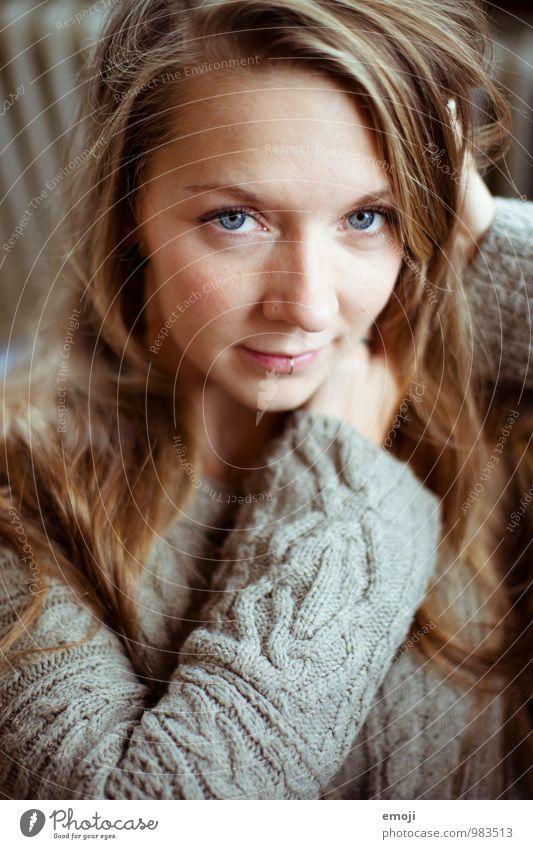 Malin feminin Junge Frau Jugendliche Gesicht 1 Mensch 18-30 Jahre Erwachsene schön kuschlig Farbfoto Innenaufnahme Tag Schwache Tiefenschärfe Porträt