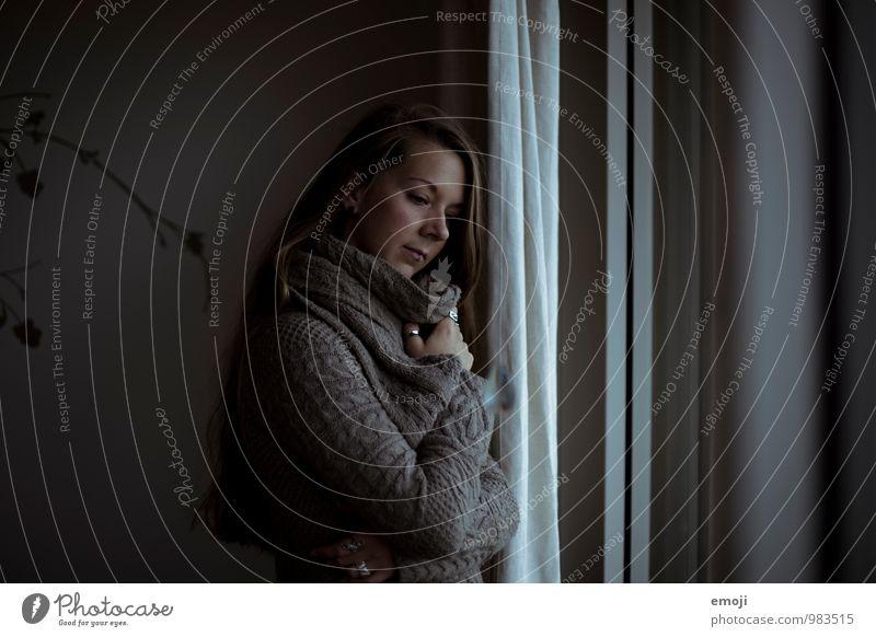 dark feminin Junge Frau Jugendliche 1 Mensch 18-30 Jahre Erwachsene Mauer Wand Fenster dunkel grau kalt Winter Traurigkeit Einsamkeit Farbfoto Gedeckte Farben