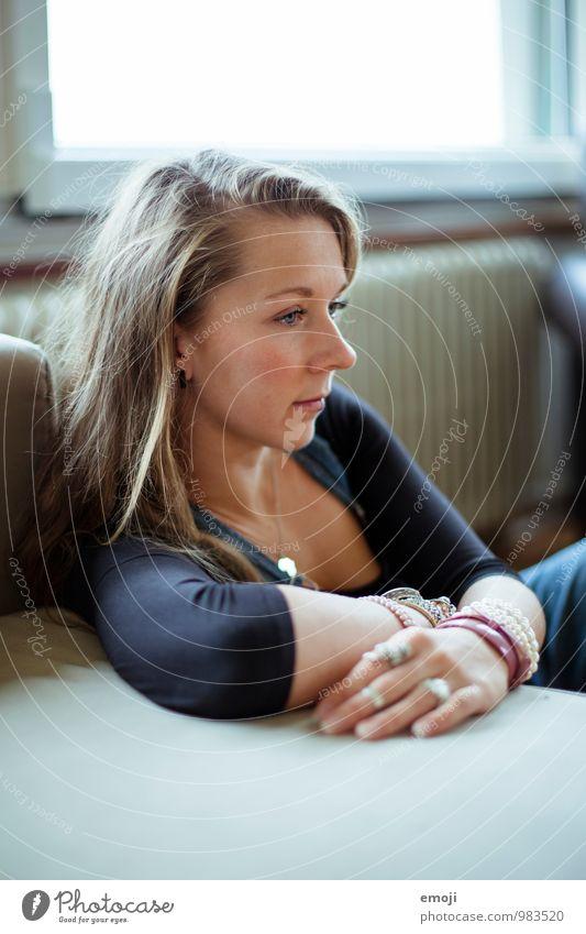 home feminin Junge Frau Jugendliche Gesicht 1 Mensch 18-30 Jahre Erwachsene schön kuschlig Farbfoto Innenaufnahme Nahaufnahme Tag Schwache Tiefenschärfe Profil