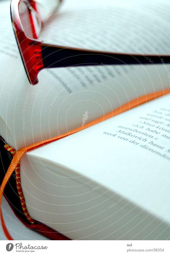 kurze Lesepause weiß rot orange Kunst Buch Papier Kultur Bildung Verbindung Vergangenheit Seite Zettel Gedanke Nähgarn Erinnerung Text