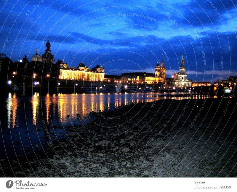 Mittsommer in Dresden Elbufer Nacht Stadt Strand Sachsen schön Elbe Blauer Himmel Licht Küste Stein Frauenkirche