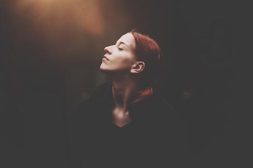 ... Mensch Frau Jugendliche Junge Frau ruhig 18-30 Jahre Erwachsene Leben Herbst Gefühle feminin Glück Kopf Stimmung Zufriedenheit Kraft