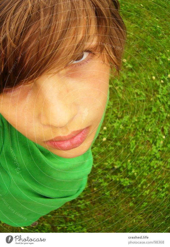 Grr! böse Wut Gras grün grasgrün T-Shirt Vogelperspektive Jugendliche Kind Ärger Haare & Frisuren Junge Boy Hairs oben Auge