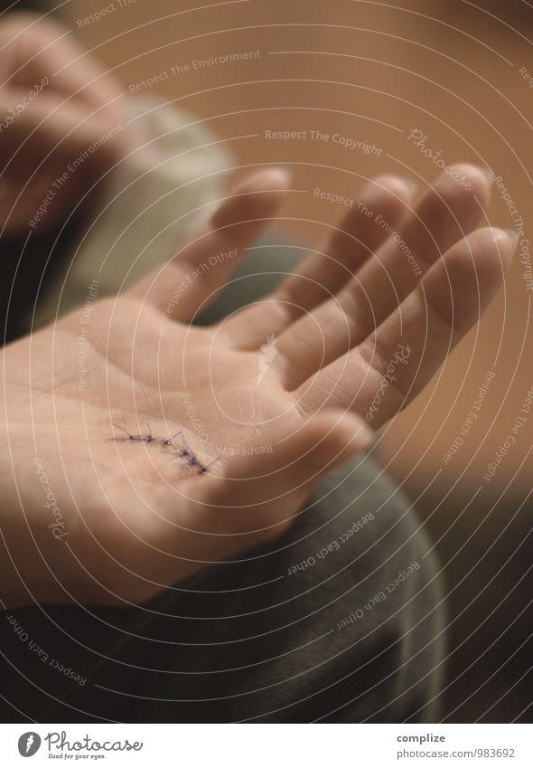 Verflixt & Zugenäht Frau schön Hand Gesundheit Gesundheitswesen Körper Haut Krankheit gruselig Schmerz Arzt Riss Sorge Dose Wunde Krankenpflege
