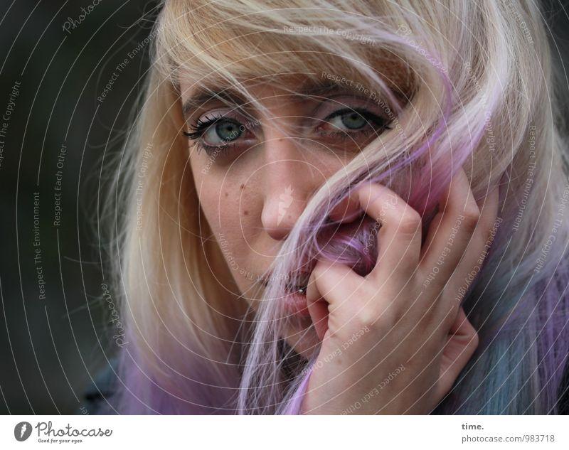 . Haare & Frisuren Haarfarbe feminin Junge Frau Jugendliche Hand 1 Mensch Piercing blond langhaarig Pony beobachten Denken Blick warten außergewöhnlich schön