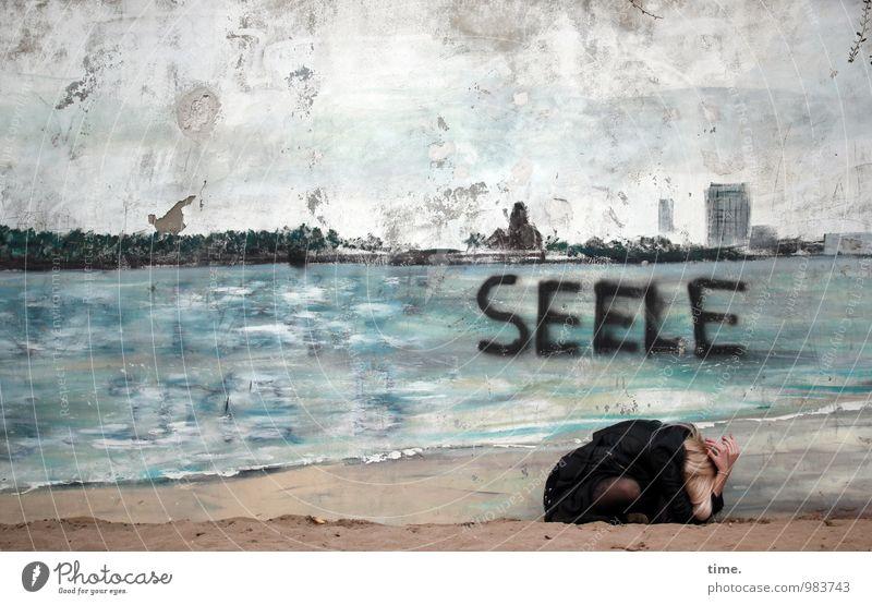 . feminin Junge Frau Jugendliche 1 Mensch Kunst Ausstellung Kunstwerk Gemälde Wandmalereien Sand Strand Mauer blond hocken Gefühle demütig Traurigkeit Sorge