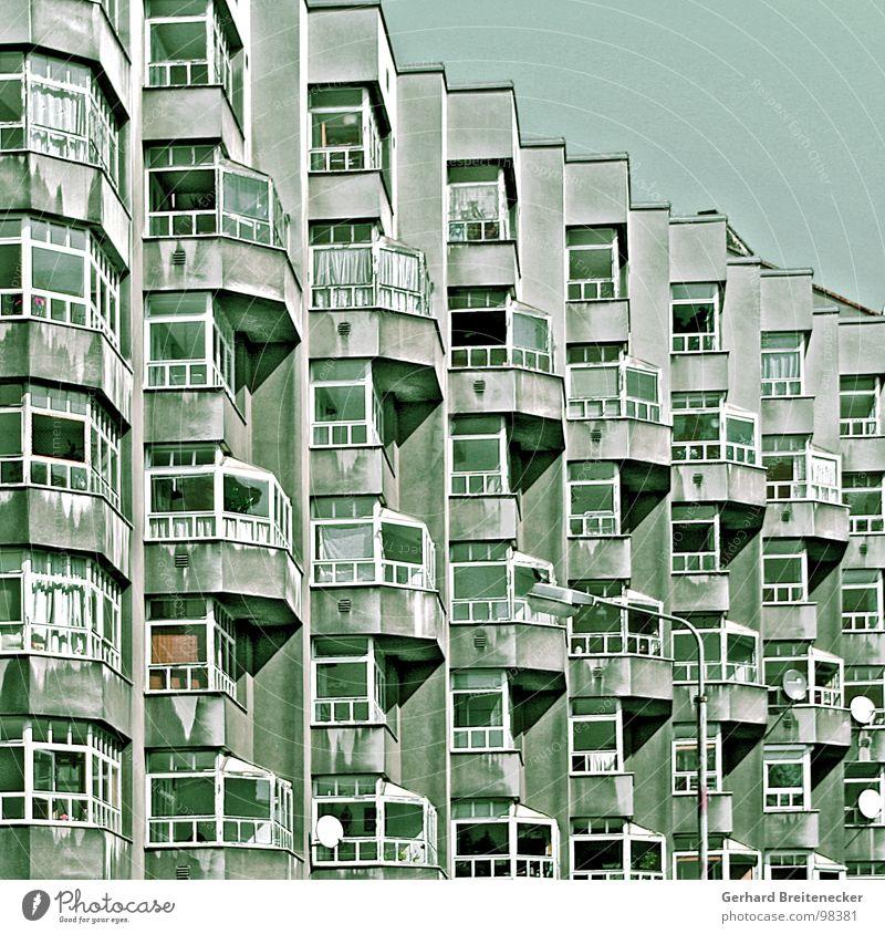 Martin mittendrin Haus Wohnhochhaus Wohnung Balkon Wintergarten Fassade eng eingeengt Nachbar Einsamkeit trist Trauer Verfall Taubenschlag Legebatterie