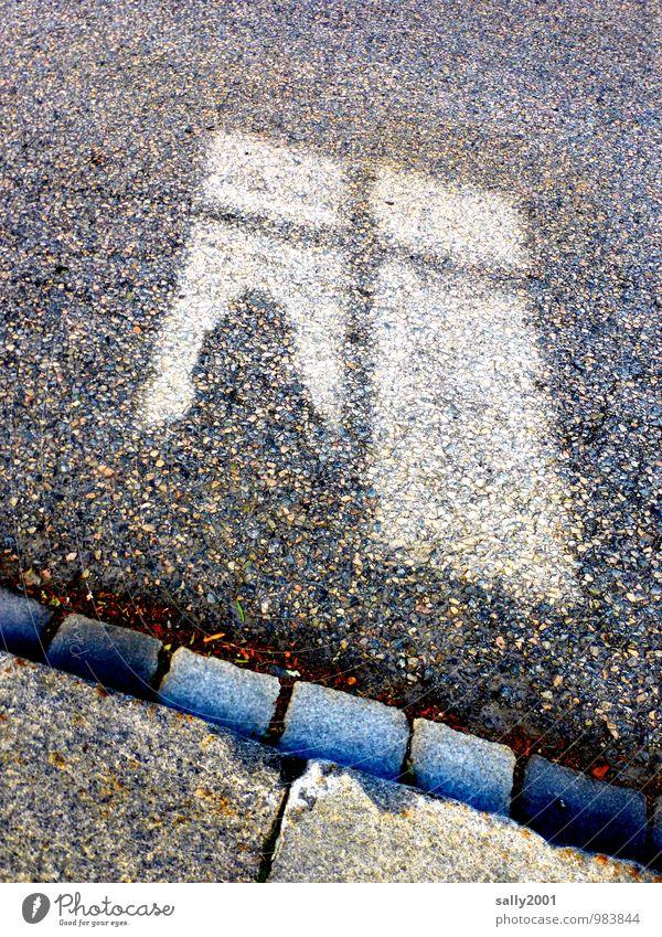 Das Fenster zur Straße... Mensch Frau Erwachsene Kopf 1 Sprossenfenster Bürgersteig Bordsteinkante Stein beobachten entdecken Blick Traurigkeit warten Neugier