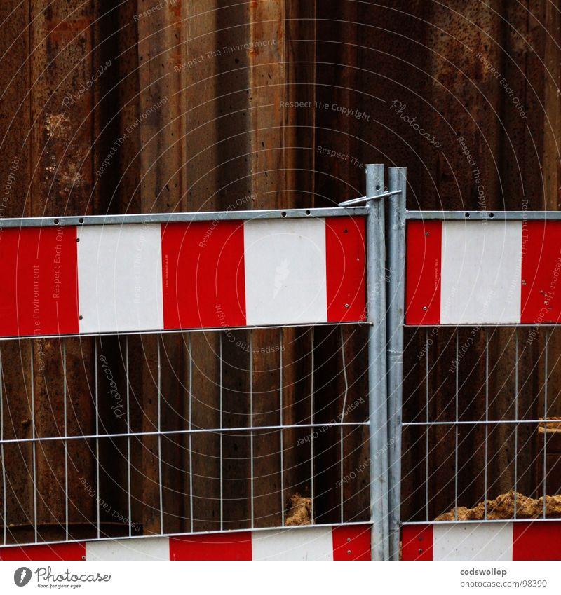 umarmung Zaun Sicherheit Baustelle Umarmen edel Zusammensein rot Rust weiß Arbeit & Erwerbstätigkeit Straßenbau Kanalisation Hinweisschild Verkehr fence