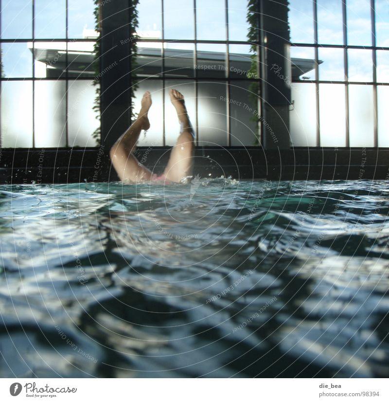 Bude voll Wasser Fenster Beine Geschwindigkeit Schwimmbad Wassersport Fabrikhalle Handstand Überschwemmung