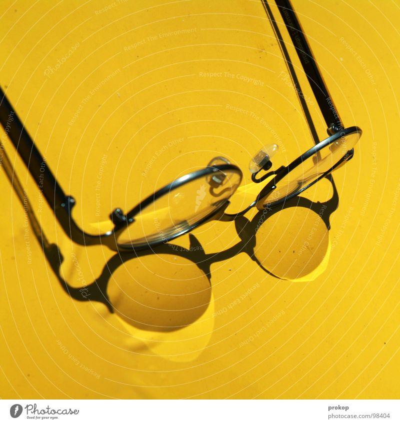 OP Tisch Brille Physik gelb heiß trocken brennen schmelzen Experiment Brillengestell blind durchsichtig zündeln anzünden Brandstiftung Sommer Konzentration