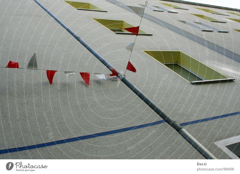 Parade I Haus Fenster Wand Mauer Feste & Feiern Fassade trist Dekoration & Verzierung Fahne diagonal Veranstaltung Tradition Feiertag Plattenbau Wohnhochhaus