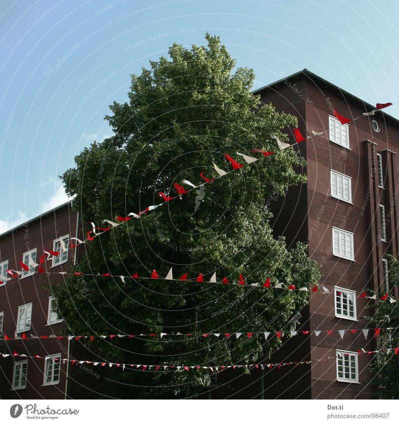 Parade II Stadt Baum Fenster Feste & Feiern Freizeit & Hobby Häusliches Leben Fahne Umzug (Wohnungswechsel) Schmuck Jahrmarkt Tradition anonym Plattenbau