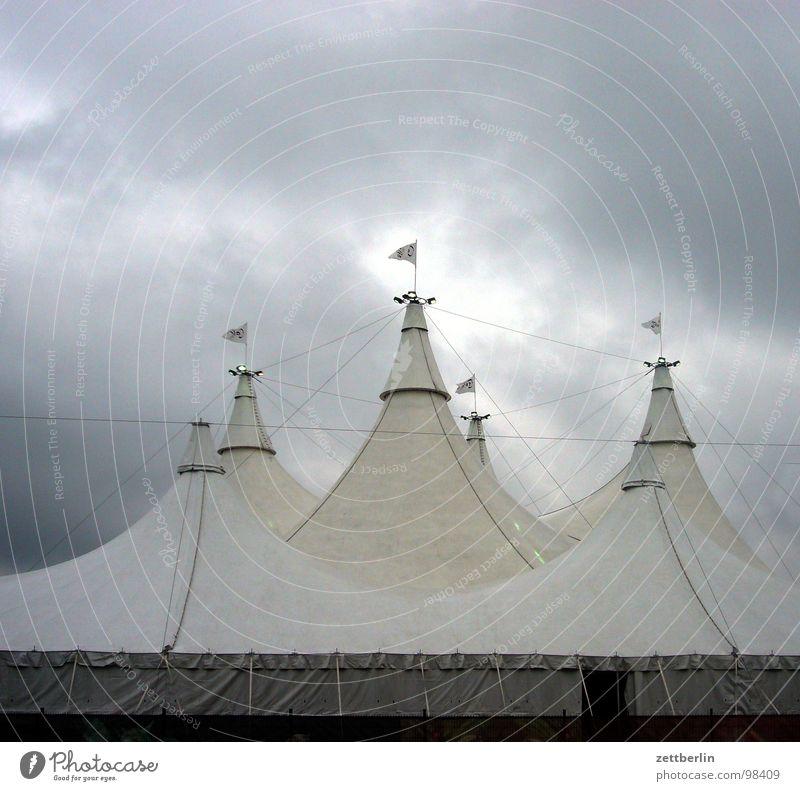Volksfest Jahrmarkt Völker Wolken Wolkendecke Wolkenloch Zelt Veranstaltung Zirkus Zirkuszelt Fahne Beflaggung Sturm tief Tiefdruckgebiet Wetterdienst