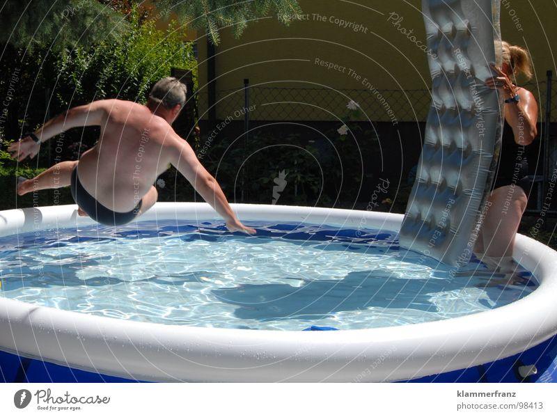 Ach Du Scheibe... Schwimmbad Spielen nass kühlen Kühlung dick springen Erholung Aktion Luftmatratze feucht Wasser blau Schatten Übergewicht Wasserbecken Mann