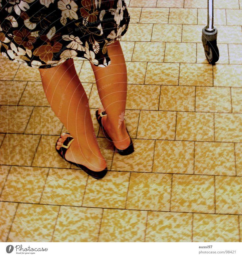 Unterarmgehstütze re. Frau Sommer Beine kaufen Bodenbelag Fliesen u. Kacheln Einkaufswagen Sandale Flipflops rasiert Frauenbein