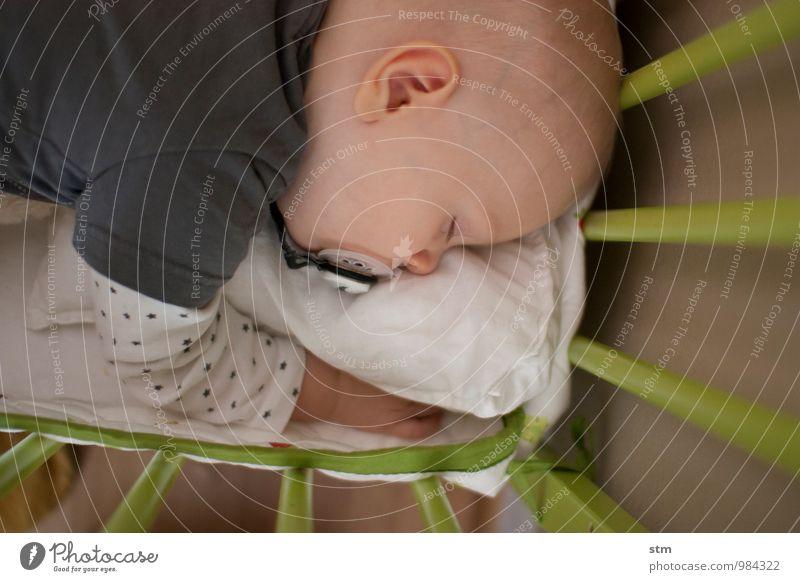 schlaf, kindlein, schlaf..... Häusliches Leben Wohnung Bett Kinderzimmer Mensch Baby Familie & Verwandtschaft Kindheit Kopf 1 0-12 Monate T-Shirt Glatze