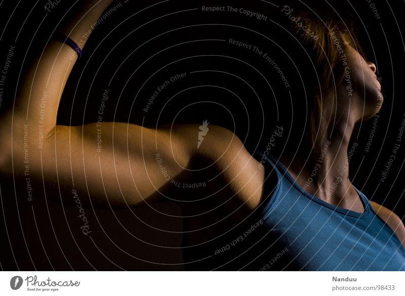 Der große Wurf Mensch Frau Erwachsene dunkel Kraft elegant Macht dünn sportlich Dynamik Schulter werfen Hals Muskulatur ziehen