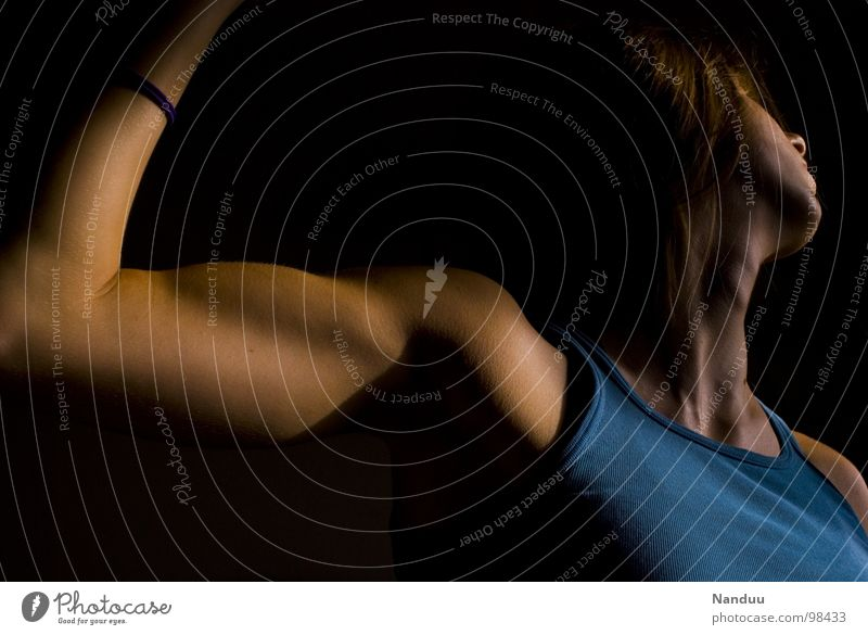 Der große Wurf Mensch Frau Erwachsene dunkel Kraft elegant Kraft Macht dünn sportlich Dynamik Schulter werfen Hals Muskulatur ziehen