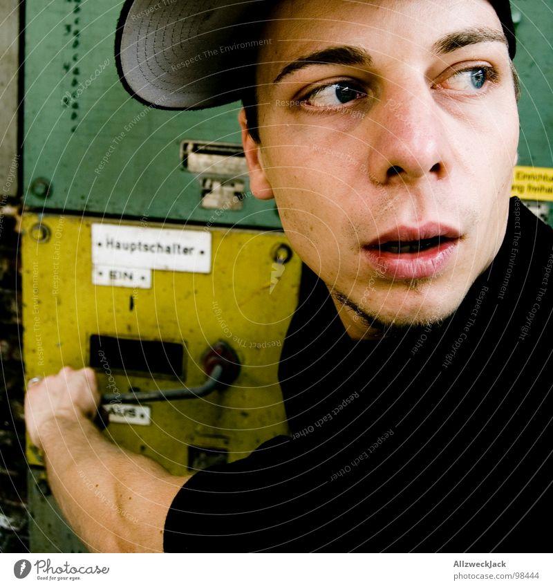 ach du scheiße! Mann grün gelb Metall maskulin Elektrizität Technik & Technologie Kabel verfallen Kasten Mütze Handwerk Panik erstaunt Schalter töten