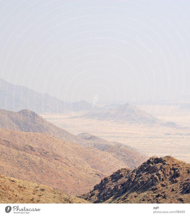 in die Ferne . . . Namibia heiß Physik Afrika Safari Ödland beige gelb braun Morgen Wüste Sand Berge u. Gebirge Stein Wärme sehr warm Morgendämmerung