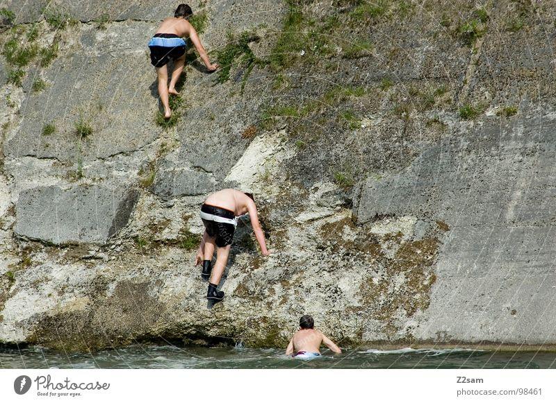 AUFSTIEG springen Sommer Gischt Isar Gewässer Bayern München Zusammensein 2 abwärts Wand Mauer gefährlich steigen aufsteigen Steinwand festhalten 3 Wasser blau