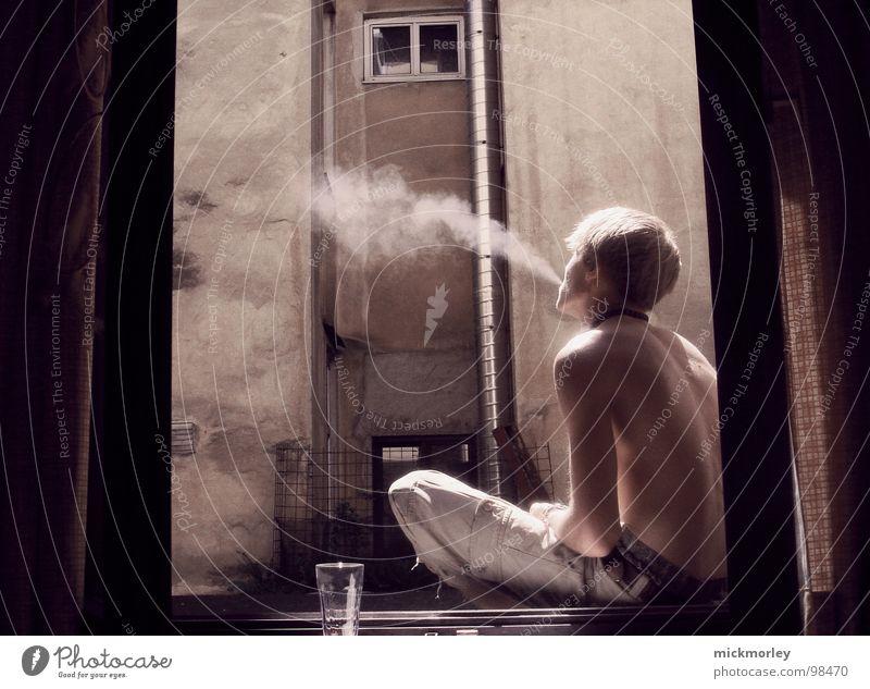 smoking kid Wohnung Zigarette Wohngemeinschaft Fenster Licht Oberkörper Vorhang genießen Erholung braun Sonnenbad Langeweile Rauchen Bauernhof raucherhof Glas