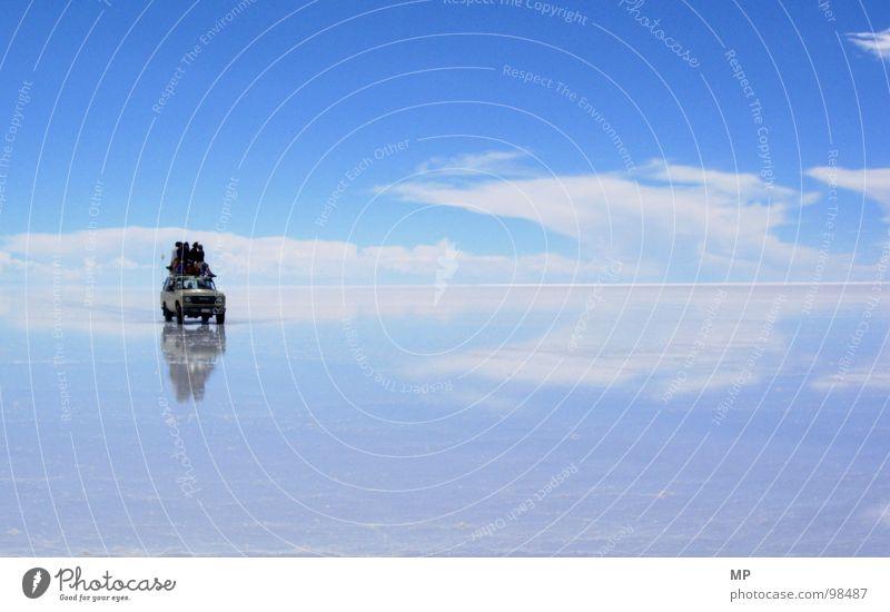 SkyDriver II Himmel Salar de Uyuni Salzsee Spiegel Bolivien Wolken Abenteuer ungeheuerlich springen unten See blau hüpfen durchdrehen Hoffnung Ereignisse