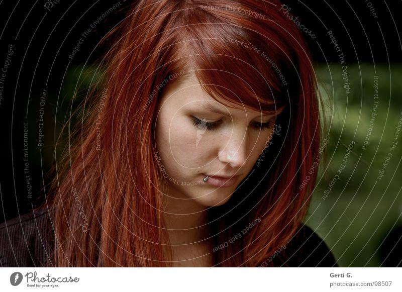 dauerglückliches Model Mensch Frau grün schön Gesicht dunkel Traurigkeit Denken Junge Frau Hoffnung Trauer langhaarig Verzweiflung Sorge Gedanke Schwäche