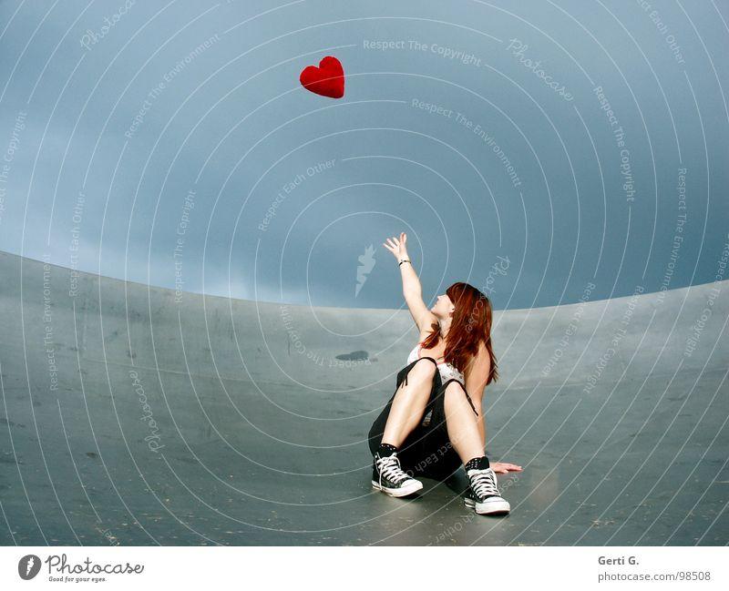 sich ein Herz fassen... Frau Junge Frau fangen berühren schlechtes Wetter Wolken Örtlichkeit Satellitenantenne Schuhe Chucks grau rot fliegen