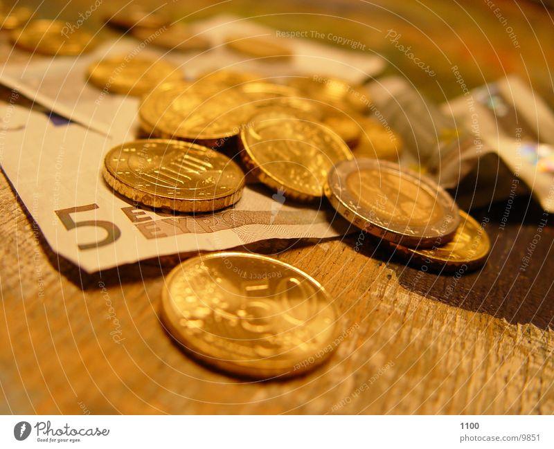 € (euros auf tisch) Geld Euro Geldmünzen