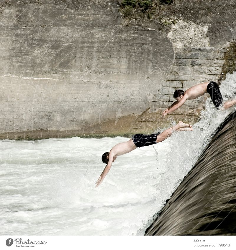 Isar Jumper IX springen Sommer Gischt Gewässer Bayern München Kopfsprung Zusammensein 2 abwärts Wand Mauer gefährlich steigen aufsteigen Steinwand festhalten 3