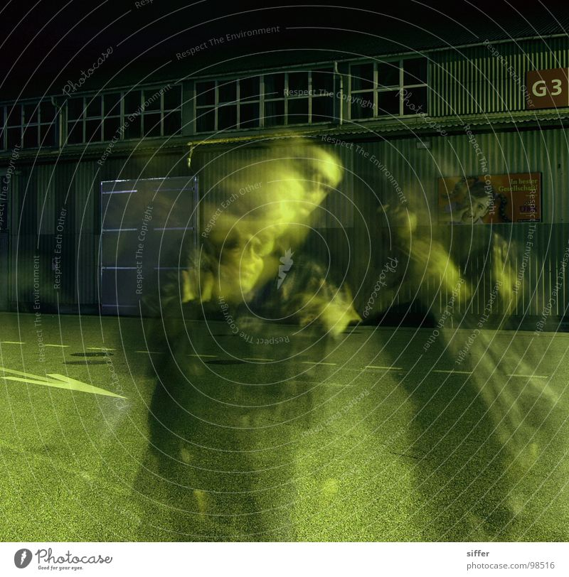 to blear you III Mensch Jugendliche grün schwarz Haus gelb dunkel Straße Bewegung Gebäude Lampe dreckig Beton Straßenbeleuchtung durchsichtig Lagerhalle