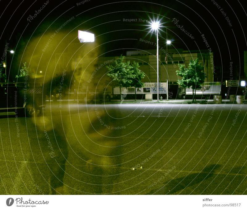 to blear you 4 grün gelb schwarz vielschichtig Beton Nacht dunkel Lederjacke Stativ Lampe Straßenbeleuchtung Gebäude Haus durchsichtig Licht Langzeitbelichtung